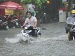 Hà Nội: Phố Phùng Hưng ngập nặng phải dựng rào chắn ngăn phương tiện-14