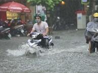 Nhiều tuyến phố ngập sâu sau mưa lớn, người dân vất vả di chuyển, đẩy xe chết máy cả cây số