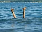 Tai nạn đuối nước thương tâm: 2 đứa trẻ trượt chân té sông, bố cùng bạn bè nhảy xuống cứu, kết quả tất cả đều mất tích-3