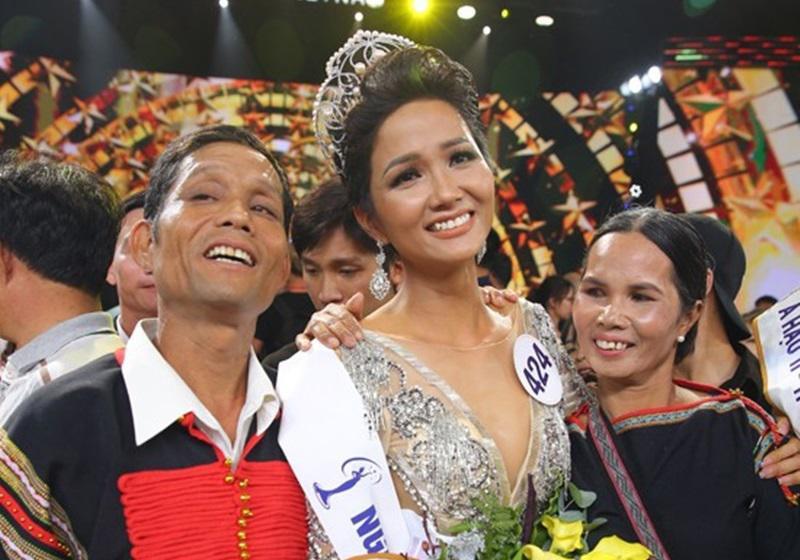 Hoa hậu HHen Niê thẳng thừng đáp trả khi bị nói gia đình không hề khó khăn, khổ sở như công chúng vẫn biết-5