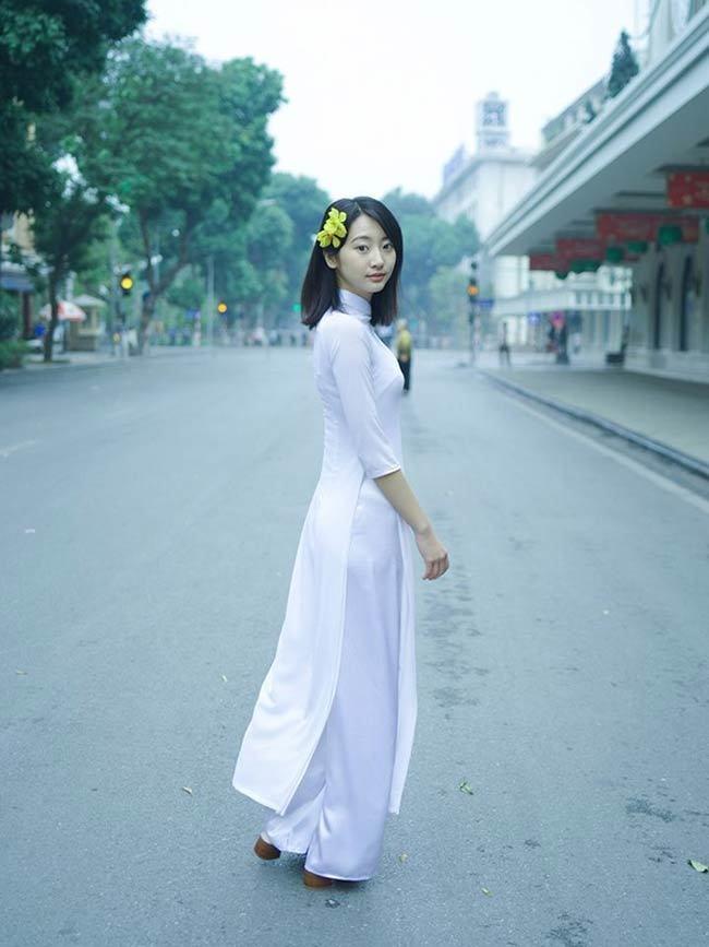 Mỹ nhân Hàn, Nhật mặc gợi cảm nơi công cộng ở Việt Nam, có người bị chê phản cảm-10