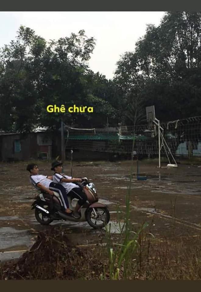 Ngả ngớn trên xe máy sau cơn mưa, hai thanh niên nhận cái kết chổng vó lên trời-1
