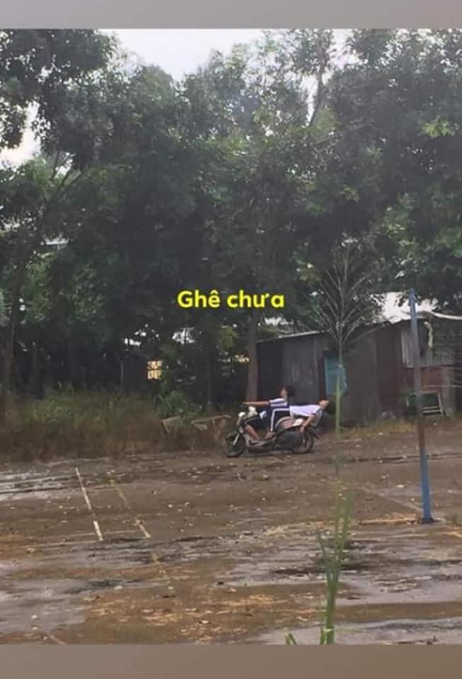 Ngả ngớn trên xe máy sau cơn mưa, hai thanh niên nhận cái kết chổng vó lên trời-2