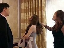 Được tình báo chồng vào khách sạn với bồ, vợ phi đến đánh ghen thì sững sờ trước cảnh tượng