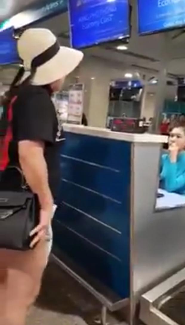 Chính thức đình chỉ công tác 30 ngày với nữ công an Hà Nội mắng chửi nhân viên sân bay Tân Sơn Nhất-1