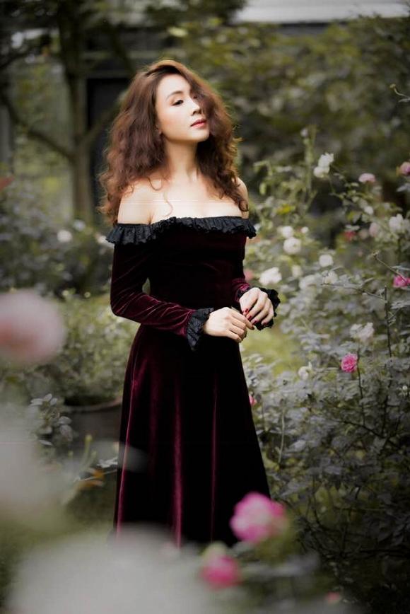 Trong phim Hoa hồng trên ngực trái bị chồng ngoại tình và bạo lực, ngoài đời cuộc sống của Hồng Diễm ra sao?-10