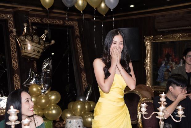 Ngắm nhan sắc của Tiểu Vy trong tiệc sinh nhật tròn 19, rạng rỡ đọ dáng cùng dàn mỹ nhân Vbiz-14