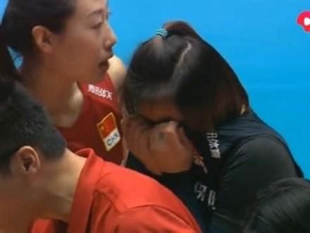 Nữ VĐV bóng chuyền Trung Quốc ôm mặt khóc vì khiến đồng đội nằm cáng rời sân