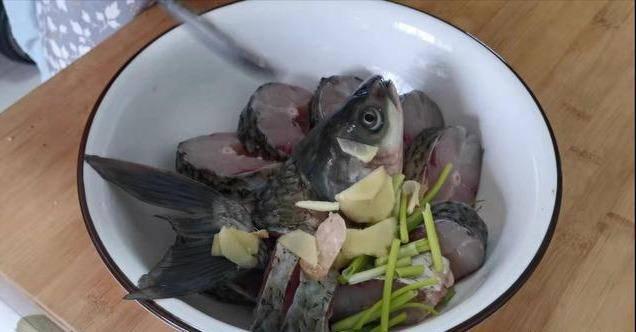 Dù kho loại cá nào cũng không cho muối vào bước mà nhiều người vẫn hay làm này-1