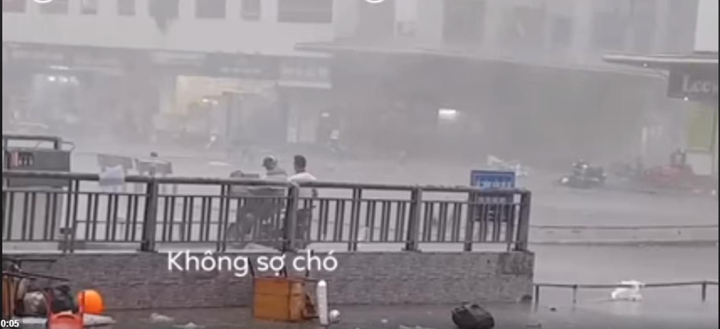 """Cận cảnh chàng trai xông pha trong cơn bão lớn để giải cứu chị ninja lead"""" ở Hà Nội khiến hàng nghìn người thả tim""""-2"""