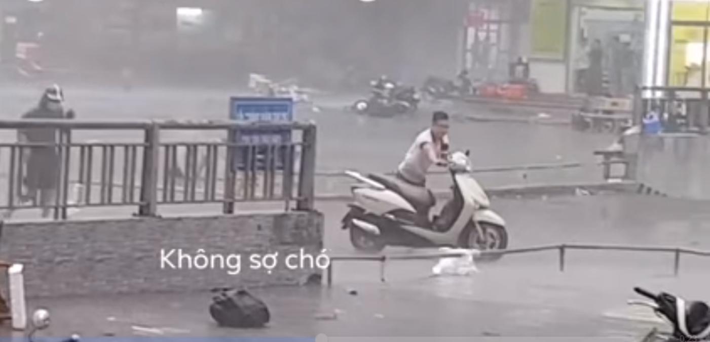 """Cận cảnh chàng trai xông pha trong cơn bão lớn để giải cứu chị ninja lead"""" ở Hà Nội khiến hàng nghìn người thả tim""""-3"""
