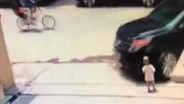 Công bố đoạn video tai nạn thương tâm của bé trai 1 tuổi bị nuốt chửng dưới bánh xe ô tô, khoảnh khắc người mẹ hoảng loạn gây ám ảnh-1