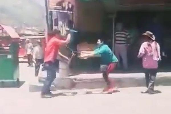 Video: Hai người đàn ông vác dao ẩu đả giữa phố khiến người qua đường hú hồn hú vía, nguyên nhân phía sau khiến ai cũng lắc đầu ngao ngán-1