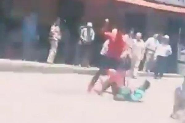 Video: Hai người đàn ông vác dao ẩu đả giữa phố khiến người qua đường hú hồn hú vía, nguyên nhân phía sau khiến ai cũng lắc đầu ngao ngán-2