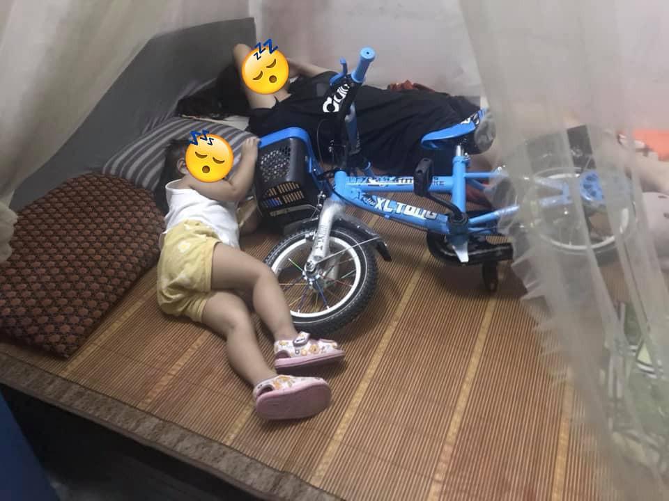 Chuyện bi hài người có con nhỏ mới hiểu: Nằm ngủ cũng chẳng yên vì trẻ giữ khư khư đồ chơi xếp kín giường-1