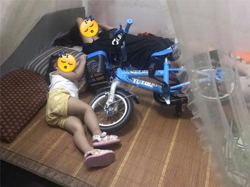 Chuyện bi hài người có con nhỏ mới hiểu: Nằm ngủ cũng chẳng yên vì trẻ giữ khư khư đồ chơi xếp kín giường
