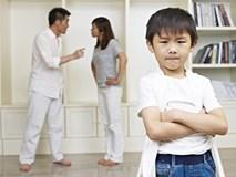 Chứng kiến cảnh tượng bố bóp cổ mẹ, cậu bé 6 tuổi đã làm một việc gây kinh ngạc, giải quyết luôn mâu thuẫn của người lớn
