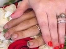 Khoe nhẫn cưới ngọt ngào, chú rể bị chỉ trích thậm tệ vì dấu hiệu lạ trên bàn tay