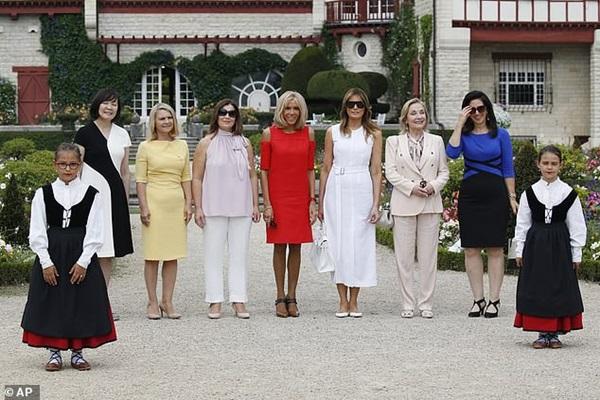 Đệ nhất phu nhân Pháp bỗng nhiên xinh đẹp xuất thần, lấn át cả bà Melania Trump khiến ai cũng phải ngước nhìn-4