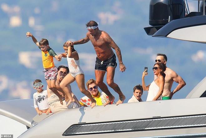 David Beckham không ngừng ôm ấp, khóa môi vợ trên du thuyền-1