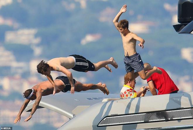 David Beckham không ngừng ôm ấp, khóa môi vợ trên du thuyền-7