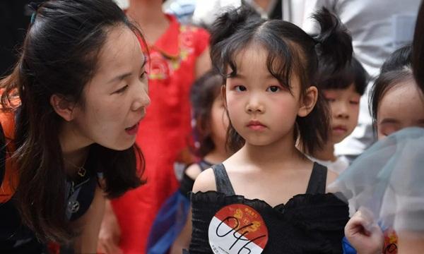 Nghề người mẫu nhí ở Trung Quốc: Bố mẹ lấy cớ trau dồi sự tự tin nhưng vô tình trở thành kẻ bạo hành, biến con thành cỗ máy kiếm tiền-1