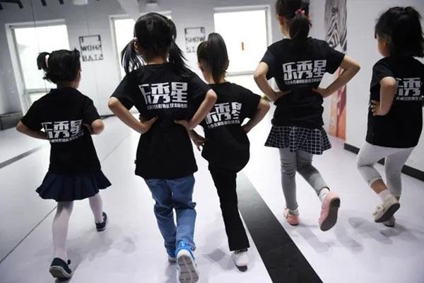 Nghề người mẫu nhí ở Trung Quốc: Bố mẹ lấy cớ trau dồi sự tự tin nhưng vô tình trở thành kẻ bạo hành, biến con thành cỗ máy kiếm tiền-5