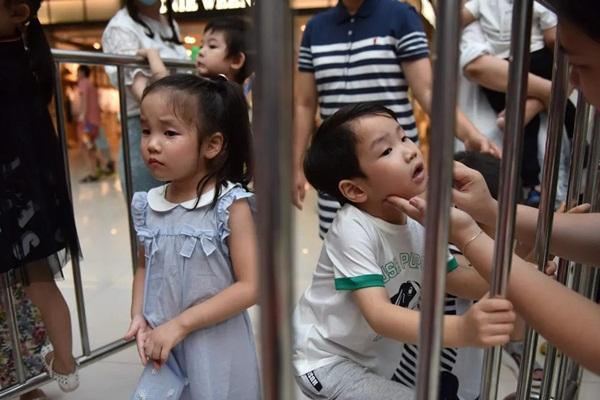 Nghề người mẫu nhí ở Trung Quốc: Bố mẹ lấy cớ trau dồi sự tự tin nhưng vô tình trở thành kẻ bạo hành, biến con thành cỗ máy kiếm tiền-7