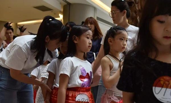 Nghề người mẫu nhí ở Trung Quốc: Bố mẹ lấy cớ trau dồi sự tự tin nhưng vô tình trở thành kẻ bạo hành, biến con thành cỗ máy kiếm tiền-10