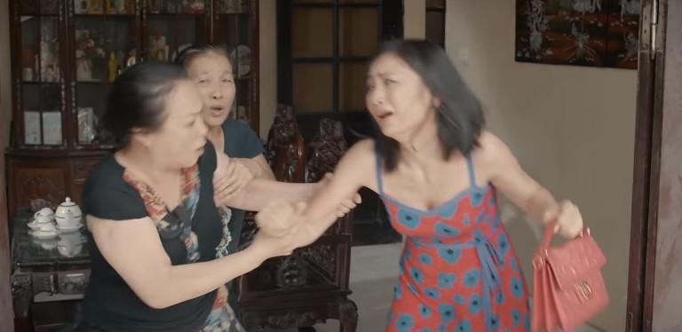 Hoa hồng trên ngực trái: San (Diệu Hương) bị mẹ chồng cầm chổi đánh túi bụi đuổi ra khỏi nhà-1