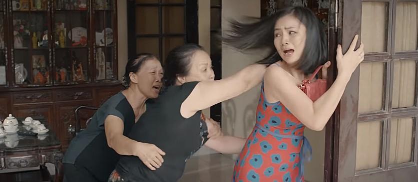Hoa hồng trên ngực trái: San (Diệu Hương) bị mẹ chồng cầm chổi đánh túi bụi đuổi ra khỏi nhà-2