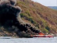 Ca nô đưa khách tham quan vịnh Nha Trang bốc cháy ngùn ngụt, 2 người phỏng nặng