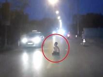 Lái ôtô bất ngờ khi thấy người đàn ông ngồi giữa đường tụng kinh
