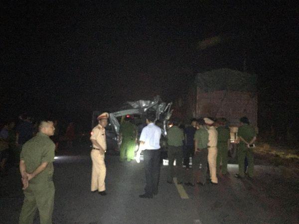 Xe khách đâm vào đuôi container đang đánh lái vào lề đường, 16 người nhập viện trong đêm-1