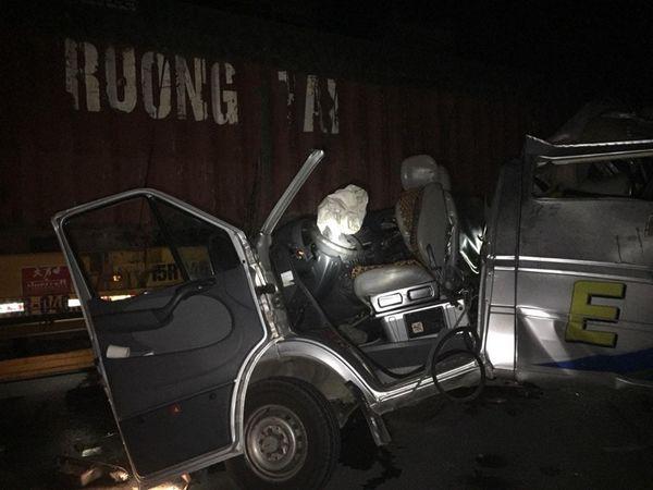 Xe khách đâm vào đuôi container đang đánh lái vào lề đường, 16 người nhập viện trong đêm-2
