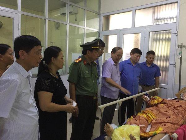 Xe khách đâm vào đuôi container đang đánh lái vào lề đường, 16 người nhập viện trong đêm-3