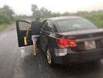 CLIP: Thanh tra giao thông bám vào cửa xe tải, tài xế vẫn nhấn ga lao vun vút-2