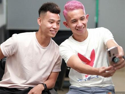Văn Thanh, Hồng Duy khoe kiểu tóc mới trước trận đấu với Thái Lan
