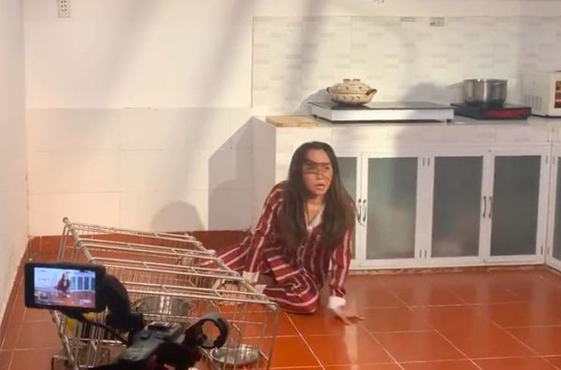 Chưa thỏa mãn với cái kết của Nhã tiểu tam trong Về Nhà Đi Con mời xem ngay Quỳnh Nga bị bồ nện vào tủ lạnh lia lịa trong phim mới-2