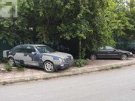 Cận cảnh nhiều xe sang hiệu Mercedes, BMW, Camry 'hết đát' bị vứt bỏ trên vỉa hè Hà Nội