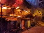 Khoảnh khắc xúc động: Hàng chục người qua đường chung tay giúp đỡ cư dân bị ảnh hưởng bởi đám cháy ở nhà máy phích Rạng Đông-9