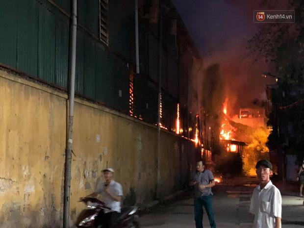 Khoảnh khắc xúc động: Hàng chục người qua đường chung tay giúp đỡ cư dân bị ảnh hưởng bởi đám cháy ở nhà máy phích Rạng Đông-1