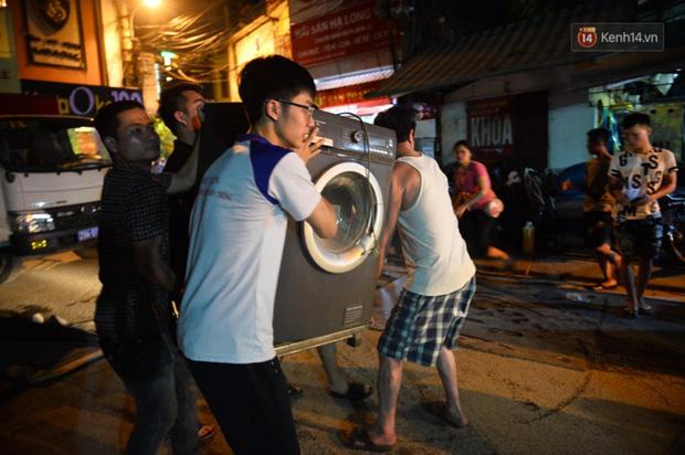 Khoảnh khắc xúc động: Hàng chục người qua đường chung tay giúp đỡ cư dân bị ảnh hưởng bởi đám cháy ở nhà máy phích Rạng Đông-3