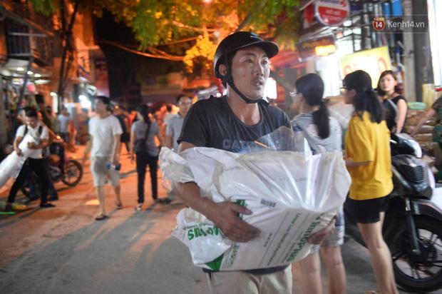 Khoảnh khắc xúc động: Hàng chục người qua đường chung tay giúp đỡ cư dân bị ảnh hưởng bởi đám cháy ở nhà máy phích Rạng Đông-7