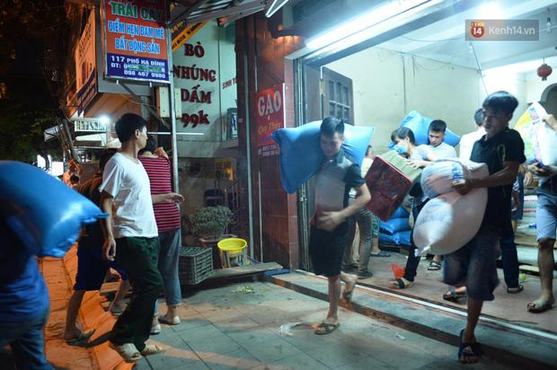 Khoảnh khắc xúc động: Hàng chục người qua đường chung tay giúp đỡ cư dân bị ảnh hưởng bởi đám cháy ở nhà máy phích Rạng Đông-8