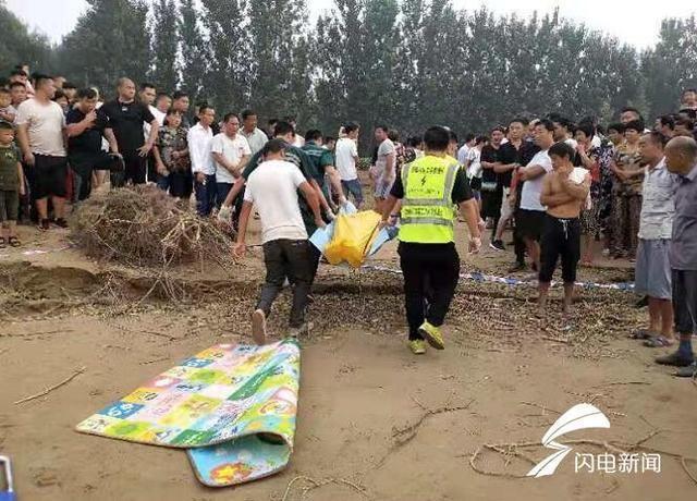 Tai nạn đuối nước thương tâm: 2 đứa trẻ trượt chân té sông, bố cùng bạn bè nhảy xuống cứu, kết quả tất cả đều mất tích-2