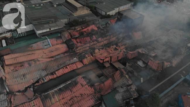 Sau một đêm cháy tại Công ty Rạng Đông, cả khu phố Hạ Đình vẫn chìm trong khói đen mù mịt-2