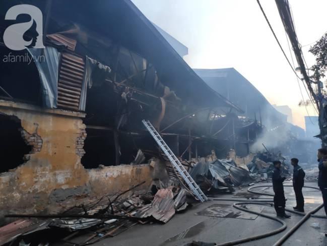 Sau một đêm cháy tại Công ty Rạng Đông, cả khu phố Hạ Đình vẫn chìm trong khói đen mù mịt-4
