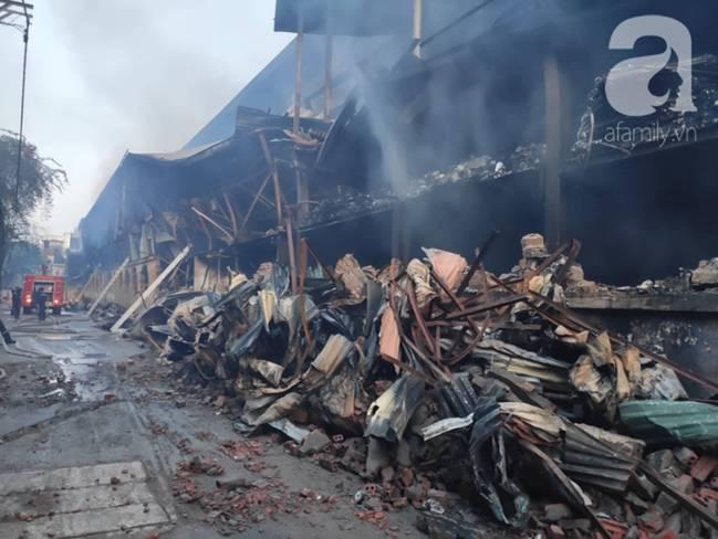 Sau một đêm cháy tại Công ty Rạng Đông, cả khu phố Hạ Đình vẫn chìm trong khói đen mù mịt-5