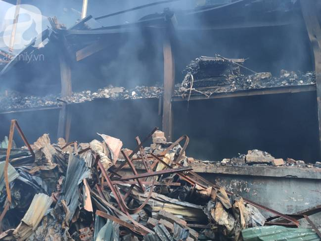 Sau một đêm cháy tại Công ty Rạng Đông, cả khu phố Hạ Đình vẫn chìm trong khói đen mù mịt-7